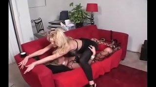 Привлекательная мулатка испытывает большой хуй в свою сексуальную задницу